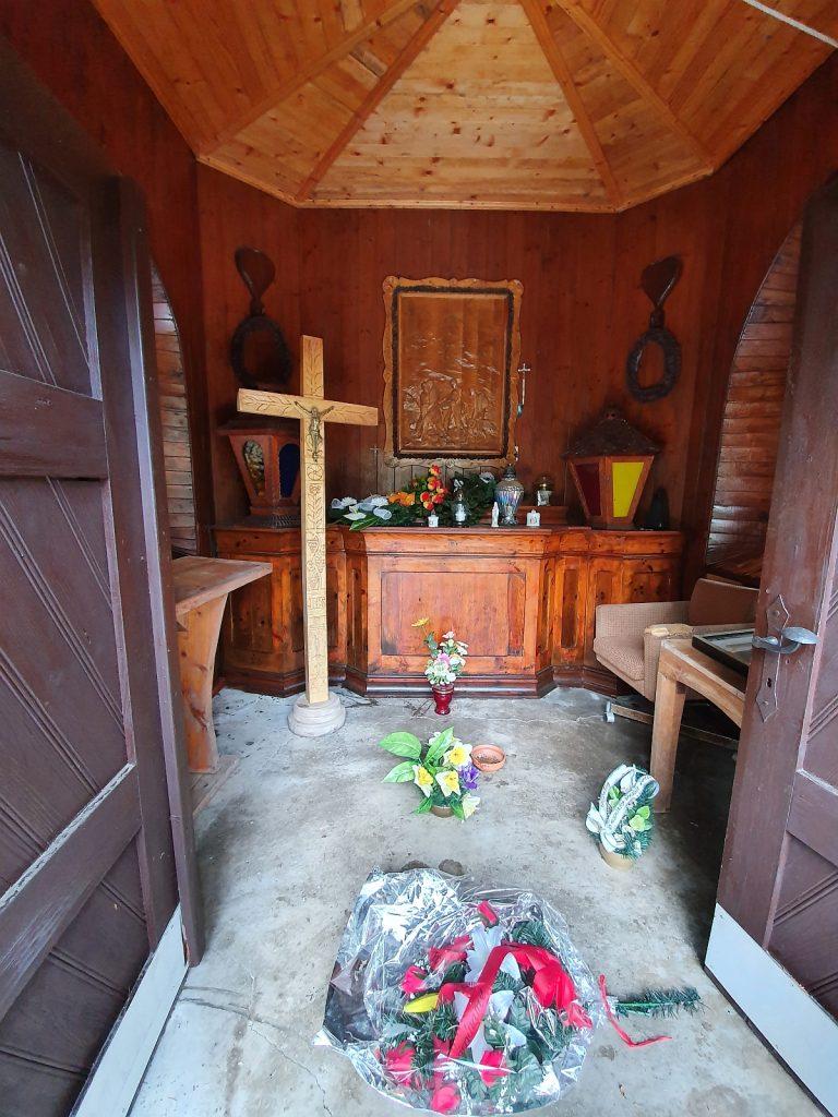 Interiér kaplnky s drevorezbou Záchrana zraneného horolezca