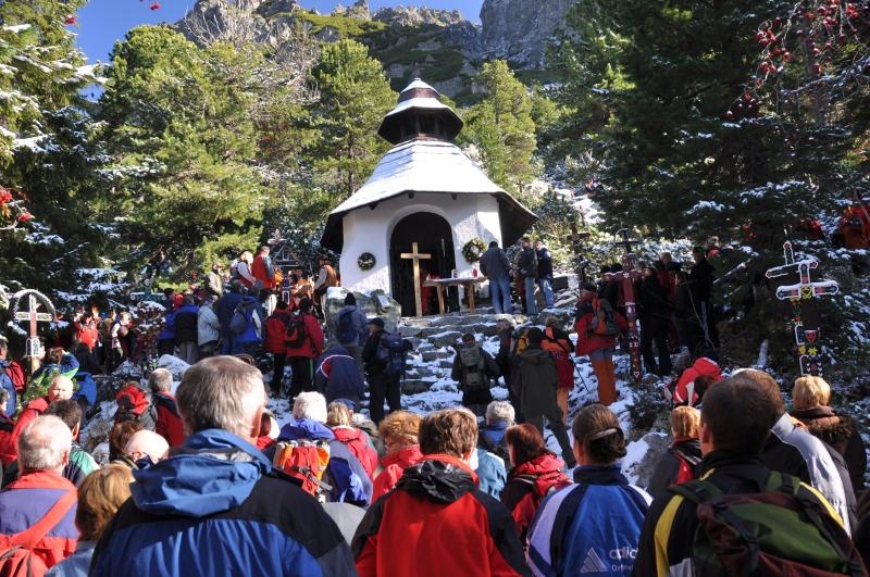 Symbolický cintorín počas spomienky na obete hôr