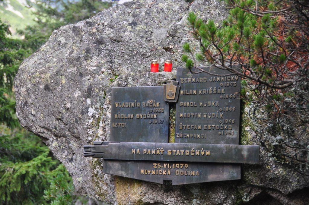 Pamätná tabuľa pripomínajúca pád vrtuľníka v Mlynickej doline v roku 1979