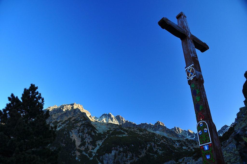 Vstupný kríž na Symbolickom cintoríne zo strany Popradského plesa