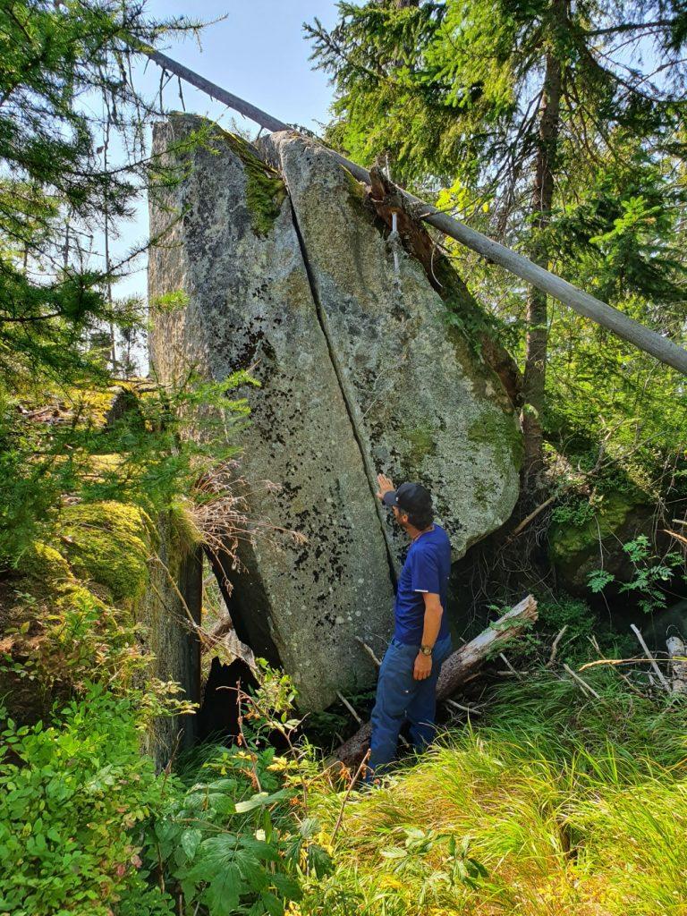 Zbojnícka skala - má výšku asi 4 metre. Stredom vedie trhlina